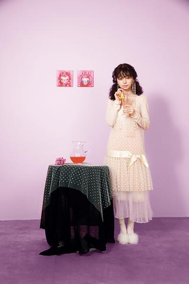 ピンクソーダを飲む上國料萌衣